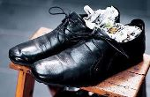 O velho truque do jornal: encher o calçado com folhas amassadas embebidas de álcool é uma das técnicas para laceá-lo
