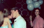 Segurar vela (ou balões, no caso) de amigos é uma das situações mais comuns para quem está solteiro, mas não deixa de ser uma chatice