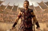 Cena da série Spartacus: gladiadores usavam braceletes, antecessores da pulseira, durante os combates