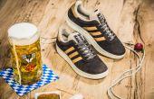 Ao comprar o novo Adidas Original München seu pé fica protegido de vômitos e cerveja e você ainda ganha uma caneca