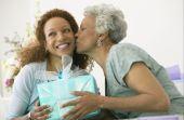 Fuja de presentes banais como utensílios de cozinha e coisas para casa na hora de supreender sua mãe