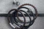 Pulseiras modernas: de couro ou prata e com pingentes colecionáveis